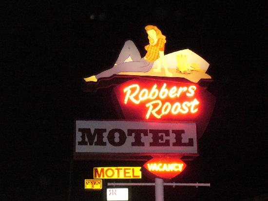 Robbers Roost Motel: Neon at night