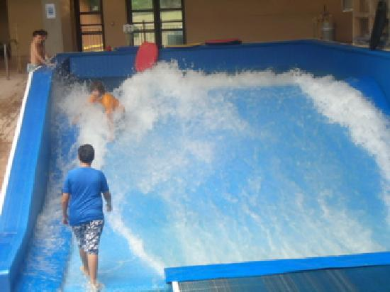 Split Rock Resort Indoor Waterpark: surf wave pool