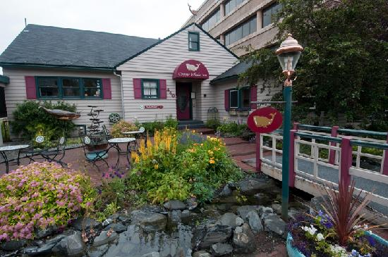 Copper Whale Inn: Welcoming, colorful courtyard