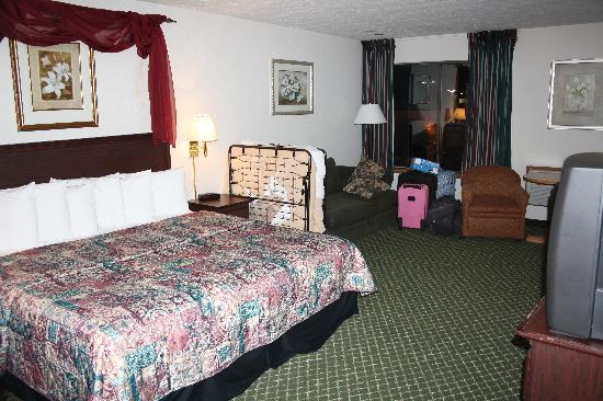 Ramada Spokane Valley: jacuzzi quite with king bed