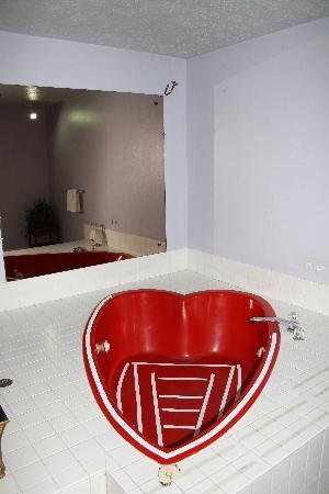 Ramada Spokane Valley: heart shaped jacuzzi tub in room