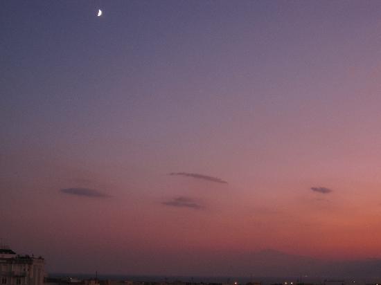 Reggio Calabria, Italien: Tramonto da casa mia con l'Etna , la Luna..lo Stretto