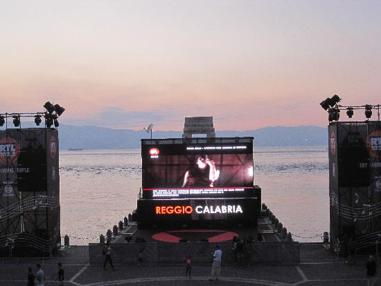 Reggio Calabria, Italy: movida serale nell'arena serale..grazie ad una radio....