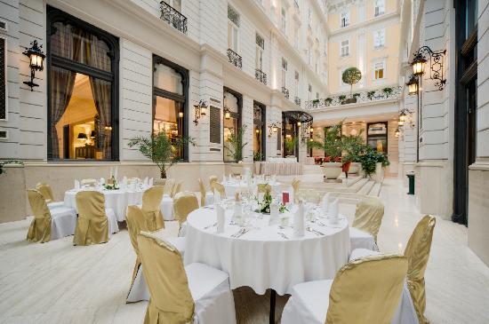 Corinthia Hotel Budapest: Atrium Restaurant