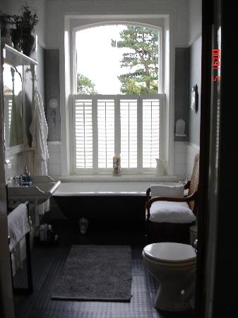 Cornerstones Guest House: You can train to swim the channel in this bath