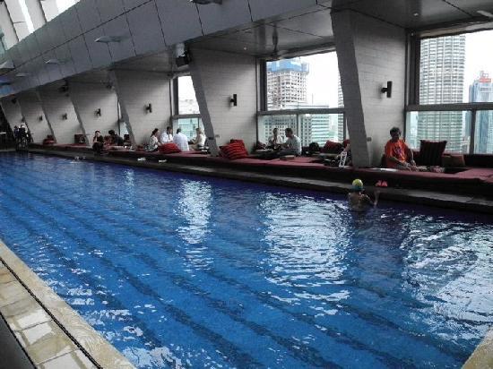 Traders Hotel, Kuala Lumpur: Skybar and swimming pol