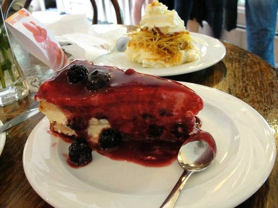 Cofetarie La Vatra Ardealului: Deliciu and fresh cream cataif