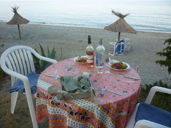 Riva Bella Naturiste Camping : Evening meal overlooking the beach