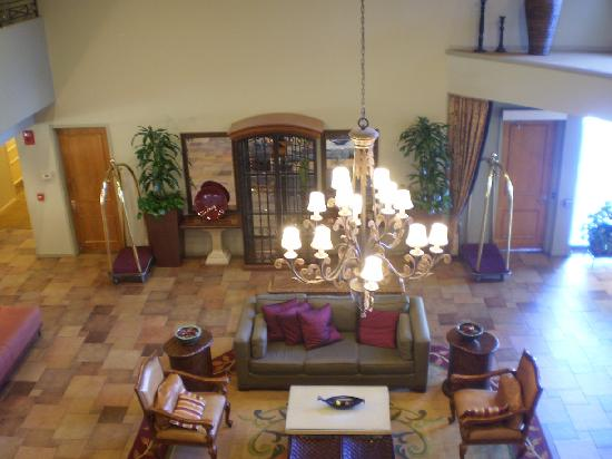 DoubleTree by Hilton Hotel Campbell - Pruneyard Plaza: Lobby from the second florr