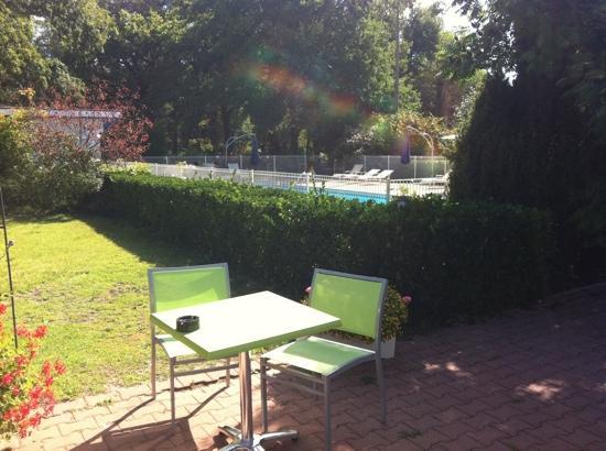 Le Pian Medoc, France: apéro prêt de la piscine