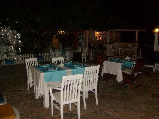 Kelebek Hotel: Pool area laid out for eating at night