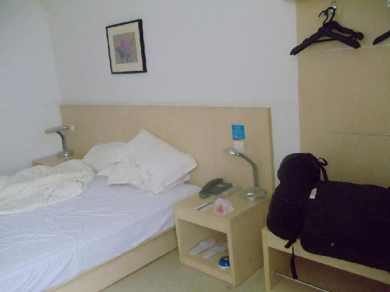 Jinjiang Inn Haikou Dongfengqiao: Ooops didn't make my bed!!