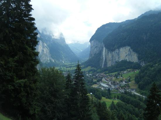 Staubbach Fall: Lauterbrunnen village with the falls above