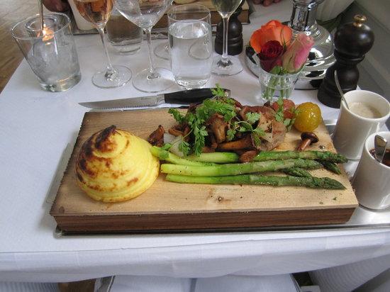"""Villa Godthem: Veal entrecôte served on a """"plank"""""""