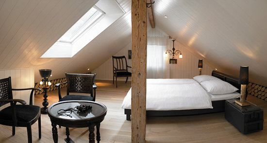 Boutique Hotel Schluessel : Spacious Boutique roof top suite with free standing bath tub and large shower.