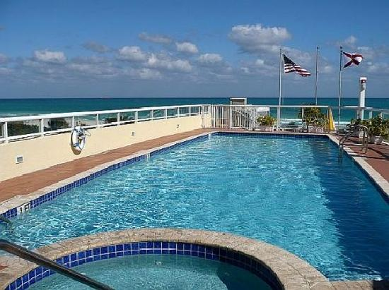 Bentley Hotel South Beach: You can see the ocean fhe rooftop pool