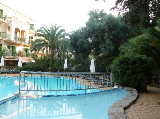 Lago Garden Hotel: swimming pool at the hotel with a bar