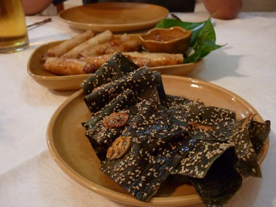 Kualao Restaurant: Deepfried fresh water weed with sesame ! Taste akin to the Japanese California roll seaweed wrap