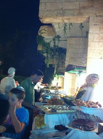 Ramada Jerusalem : Soirée grillades autour de la piscine