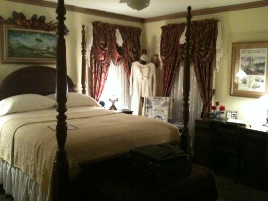 Red Bluff Cottage: The Riverboat Room
