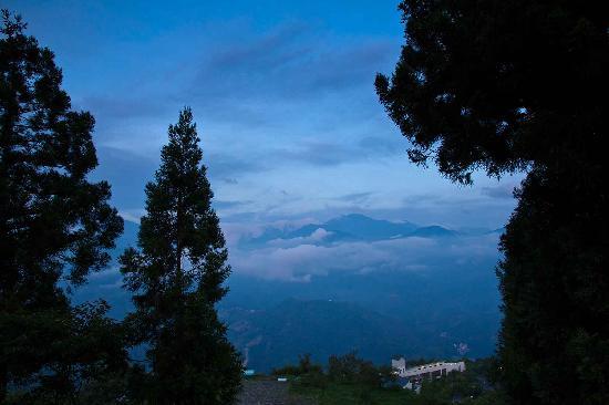 Shangrila Hanging Garden Resort: Spectacular cloud formation outside your window
