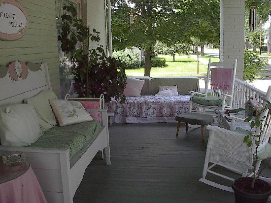 Pleasant Dreams B&B: Front Porch Pleasant Dreams