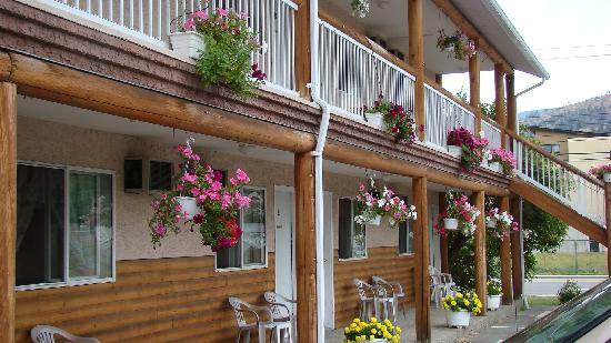 Log Cabin Motel: Nice flowers, nice rooms, great people