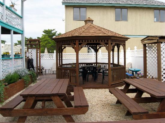 Lorry's Island End Motel: Lorry's Gazebo (made by Lancaster County Amish)