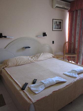 Relax Inn Hotel: Camera1
