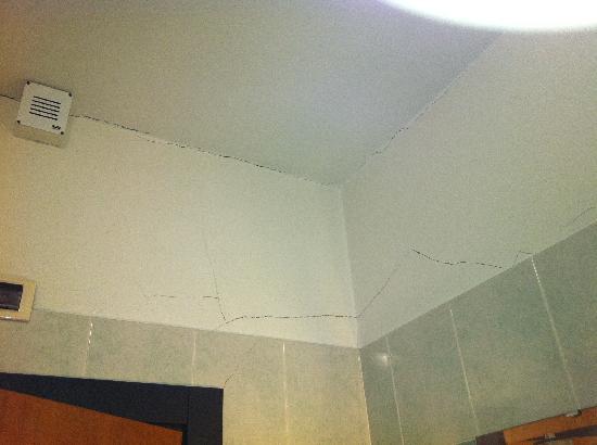 Hotel Valdarno: Scrapes in my bathroom