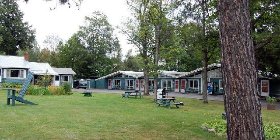 Park Motel and Cabins: Park Motel Front Grounds