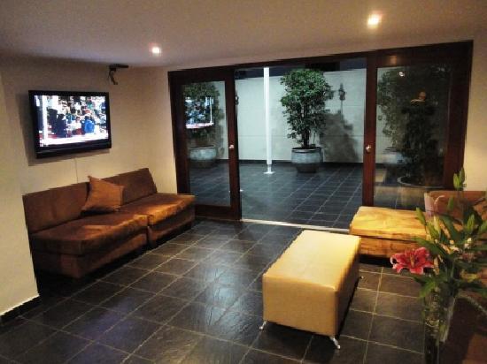 Hotel Cyan Suites: Recepción