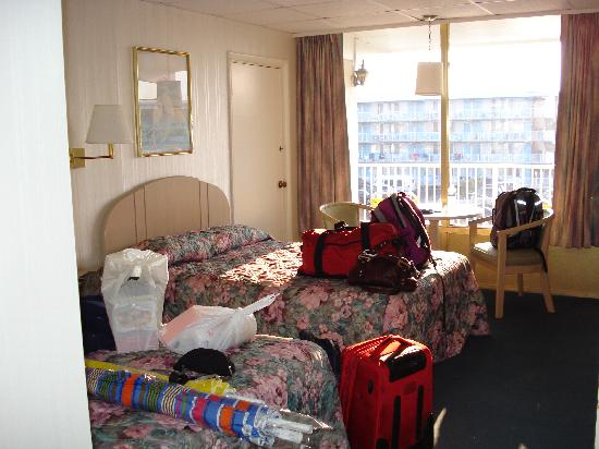 Empress Motel : Beds with our stuff on them
