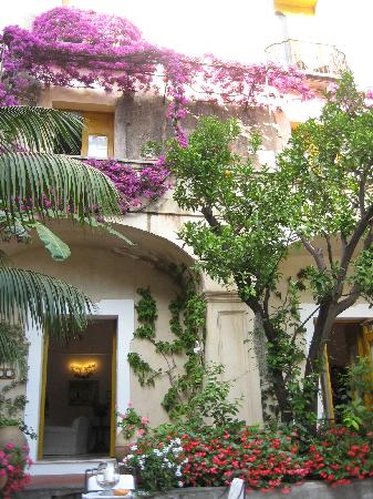 Hotel Palazzo Murat: In the courtyard enjoying afternoon drinks