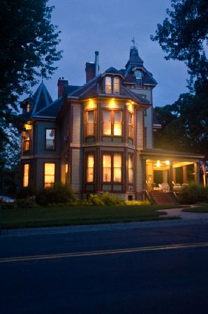 Ann Bean Mansion B&B: Exterior at Night