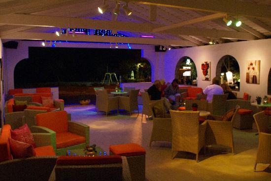 Orfeas Cafe-Bar: at night