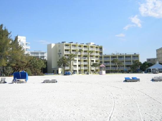 Alden Suites: Hotel as seen from beach