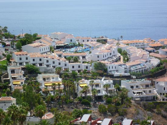 Las Rosas Apartments: view of the complex from the top road
