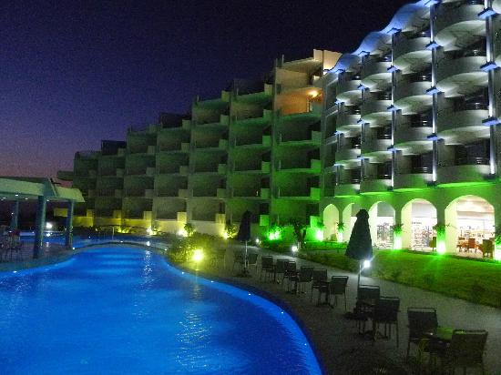 Atrium Platinum Hotel: at night