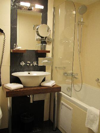 Hotel Avalon: The bathroom of standard room