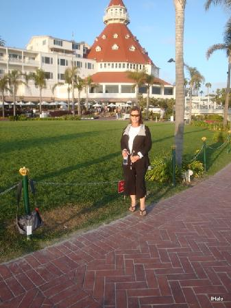 Hotel del Coronado: Boardwalk; me at Hotel Del