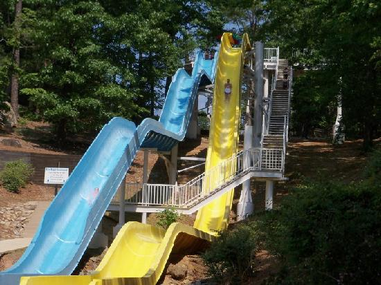 Buford, Джорджия: Make a Splash on LanierWorld's thrilling water slides!