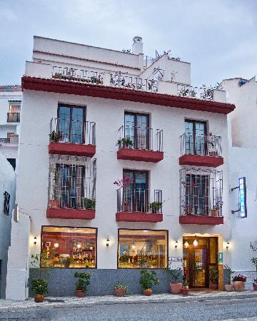 Fachada del Hotel Hostal Palomares**
