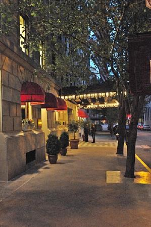 Hotel Plaza Athenee New York: Front of Hotel at Night