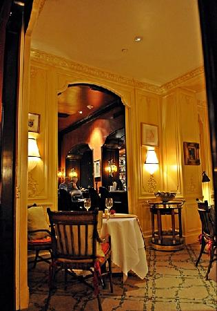 Hotel Plaza Athenee New York: Arabelle Rerstaurant looking through to Bar