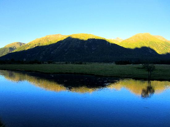 Laagers Hotel Garni: The mountains reflected in the river