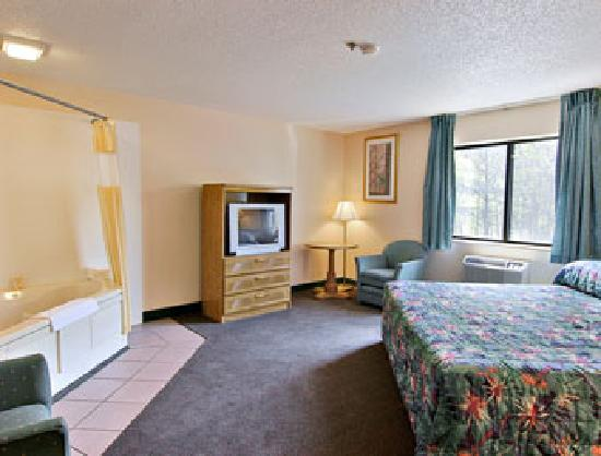 Days Inn By Wyndham Villa Rica: Hot Tub Room With King Bed