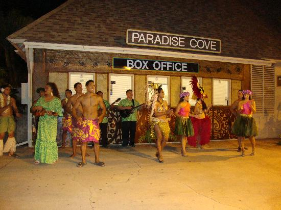 Kapolei, Hawaï: The dancers waving us 'goodbye' at the end of the evening