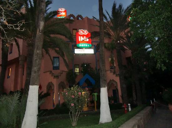 Ibis Marrakech Centre Gare: Front of Hotel at night