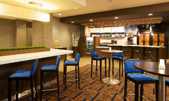 Courtyard by Marriott Louisville Airport: The Bistro – Eat, Drink Connect. ™ It offers breakfast and dinner at our Louisville Airport hote